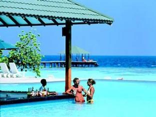 adaaran select meedhupparu resort maldives - swim up bar