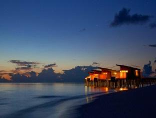 alila villas hadahaa resort maldives - park water villa at night