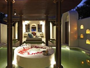 anantara kihavah villas maldives resort - beach villa pool bathroom