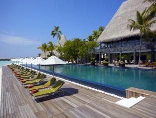 anantara kihavah villas maldives resort - loungers at pool