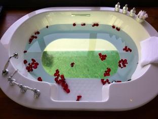 anantara kihavah villas maldives resort - over water pool villa bathhub