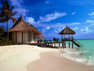 banyan tree vabbinfaru resort maldives - deluxe beach front villa exterior