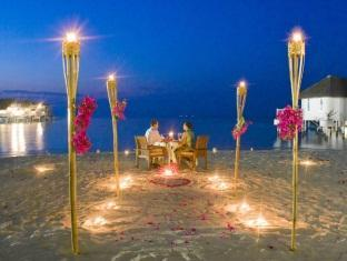centara grand island resort maldives - beach dinner