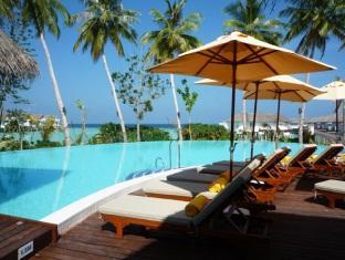 centara grand island resort maldives - swimming pool island club