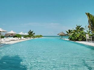 cocoa island resort maldives - infinity pool