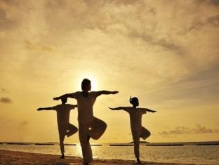 kurumba resort maldives alqasr - yoga on the beach
