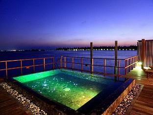 paradise island resort maldives - deckpool
