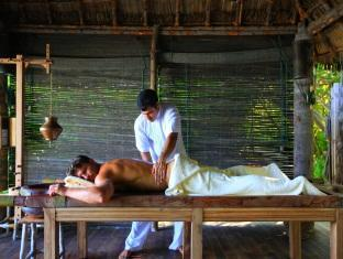 soneva gili resort maldives - ayuredic spa treatment