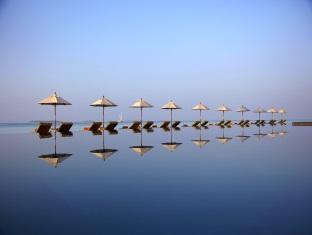 anantara kihavah villas maldives resort - loungers at pool