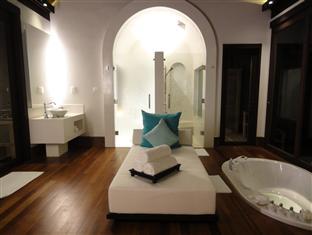 anantara kihavah villas maldives resort - over waterpool villa bathroom