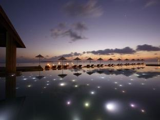 anantara kihavah villas maldives resort - swimmingpool at night