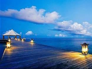 banyan tree madivaru resort maldives - jetty at dusk