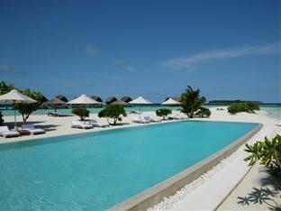 cocoa island resort maldives - infinity pool