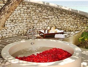 cocoa island resort maldives - treatment room bath