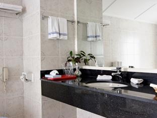 holiday island resort maldives - bathroom