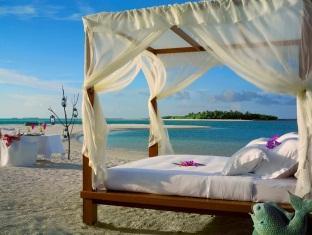 kanuhuraa resort maldives - bed on the beach