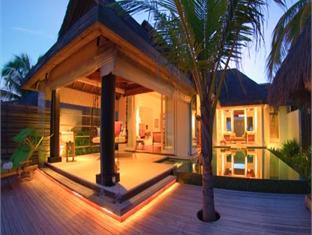 naladhu maldives resort - living sala and pool