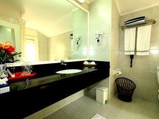 paradise island resort maldives - bathroom