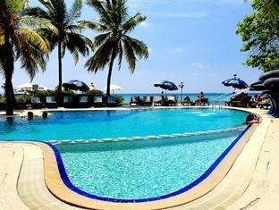 paradise island resort maldives- swimmingpool