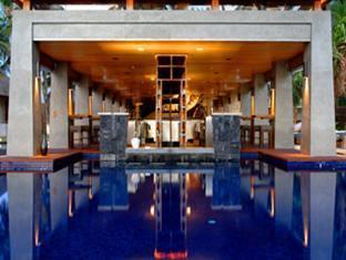 w retreat spa resort maldives - wet swimup dining